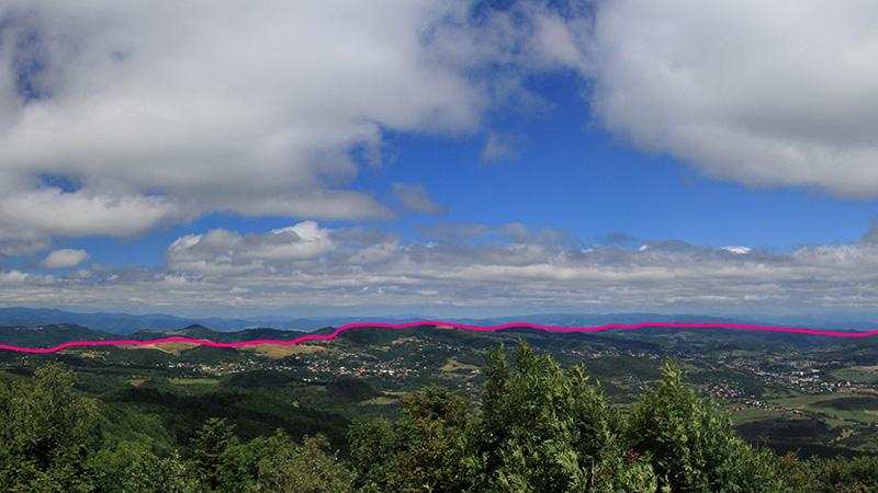 A kaldera (vulkáni katlan) körvonalai. Legtisztábban a Tanád hegygerinc tisztásairól illetve a Paphegyről láthatók. Forrás: L. Lužina